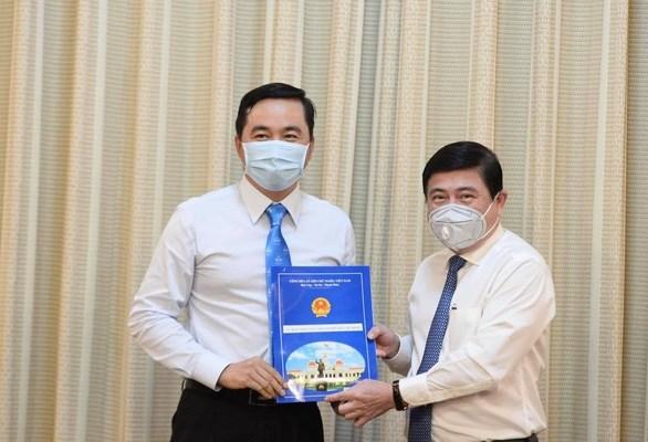 Tân Giám đốc Sở Công thương Bùi Tá Hoàng Vũ nhận quyết định bổ nhiệm. Ảnh: Đảng cộng sản.