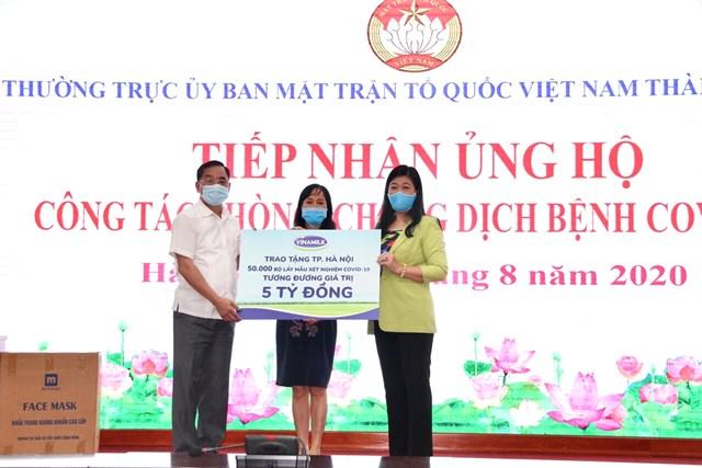 Lãnh đạo Sở Y tế và Ủy ban MTTQ Việt Nam TP Hà Nội tiếp nhận 50.000 bộ lấy mẫu xét nghiệm Covid-19, tương đương 5 tỷ đồng từ đại diện Vinamilk.