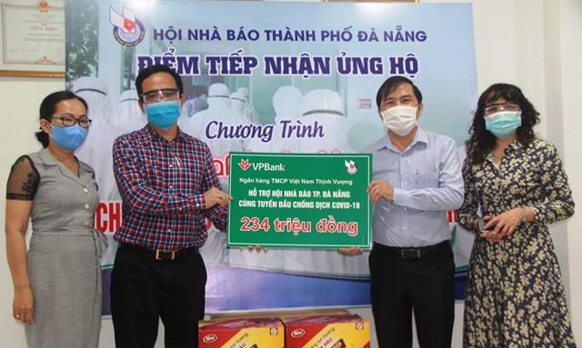 Chủ tịch Hội Nhà báo TP Đà Nẵng Nguyễn Đức Nam, tiếp nhận ủng hộ phòng, chống dịch Covid-19 từ doanh nghiệp. Ảnh Thanh Tùng.