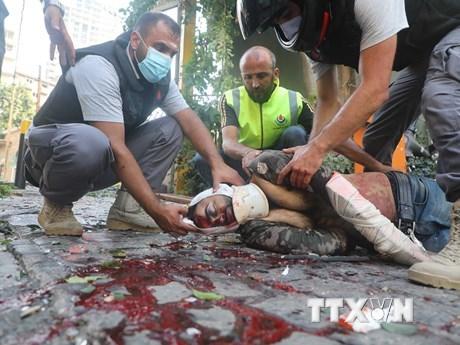 Sơ cứu cho nạn nhân bị thương trong vụ nổ tại Beirut, Liban, ngày 4/8/2020. (Ảnh: THX/TTXVN).