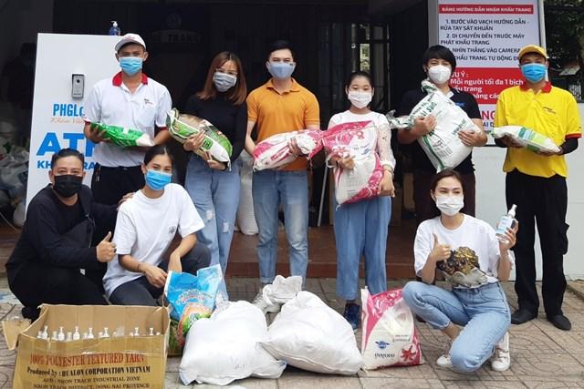 Các nghệ sĩ vận chuyển hàng cứu trợ đến Đà Nẵng.