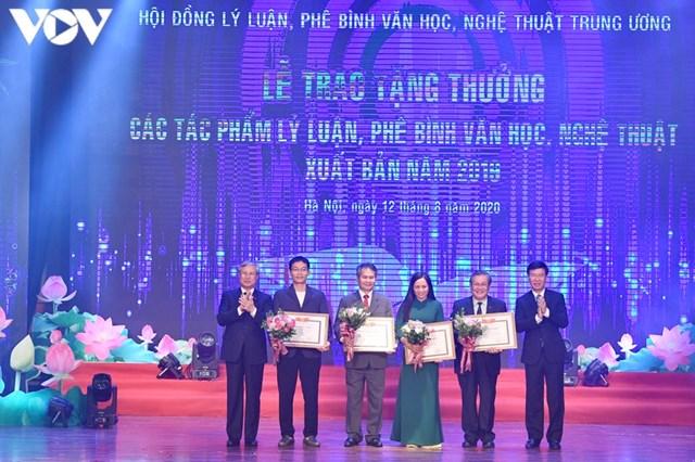 Ông Trần Quốc Vượng và ông Võ Văn Thưởng trao tặng thưởng cho các tác phẩm mức A.