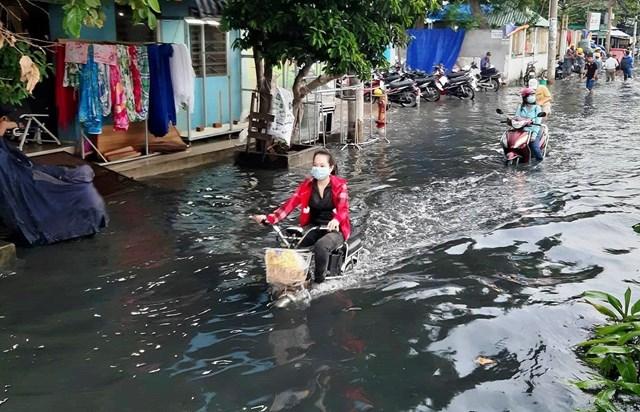 Chủ trương thu thêm phí dịch vụ cấp thoát nước của Sở Xây dựng TP HCM được đưa ra trong cảnh ngập lụt, ô nhiễm môi trường không nhận được sự đồng tình của hầu hết người dân.