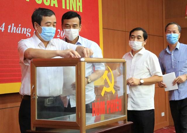 Lãnh đạo chủ chốt tỉnh Thái Bình bỏ phiếu giới thiệu nhân sự tái cử cấp ủy tỉnh khóa mới. Ảnh Báo Thái Bình.