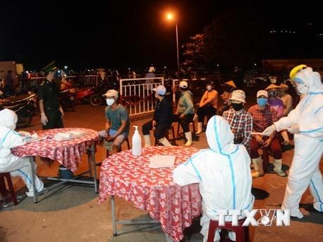 Để lấy mẫu xét nghiệm kịp thời các nhân viên y tế quận Sơn Trà (Đà Nẵng) được chia thành 3 nhóm. (Ảnh: Văn Dũng/TTXVN).