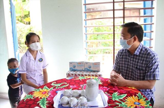 Ông Lê Trí Thanh, Chủ tịch UBND tỉnh Quảng Nam thăm hỏi gia đình nữ điều dưỡng Nguyễn Thị Phụng.