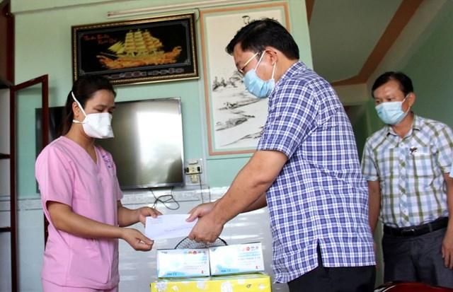 Ông Lê Trí Thanh trao tặng quà cho nữ điều dưỡng Đặng Thị Tiểu Loan.
