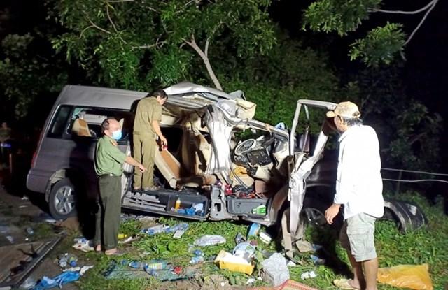Vụ tai nạn làm xe khách 16 chỗ BKS: 86B-010.87 bị bẹp đầu.