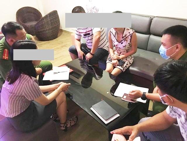 Công an Đà Nẵng đang làm việc với nhóm người Trung Quốc nhập cảnh trái phép, lưu trú không khai báo. Ảnh Công an Đà Nẵng cung cấp.