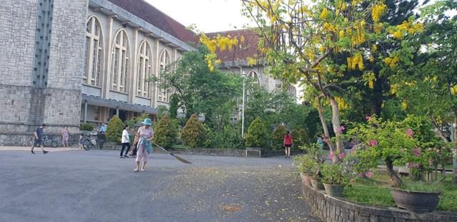 Mỗi buổi sáng sớm, nhiều giáo dân tham gia quét dọn vệ sinh xung quanh khuôn viên nhà thờ Chánh tòa Phủ Cam.