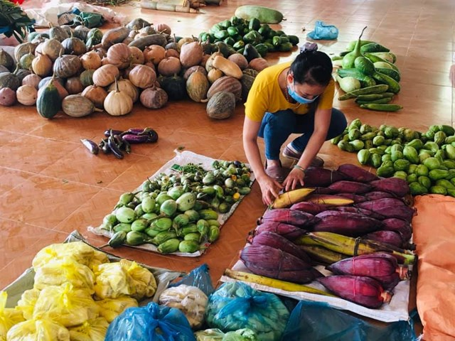 Người dân phân bổ rau, củ để ủng hộ cho người dân TP Đà Nẵng.