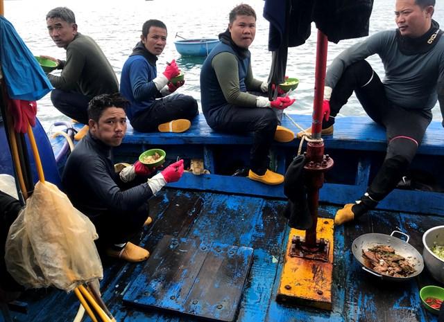 Bữa cơm trên biển giữa các ca lặn.