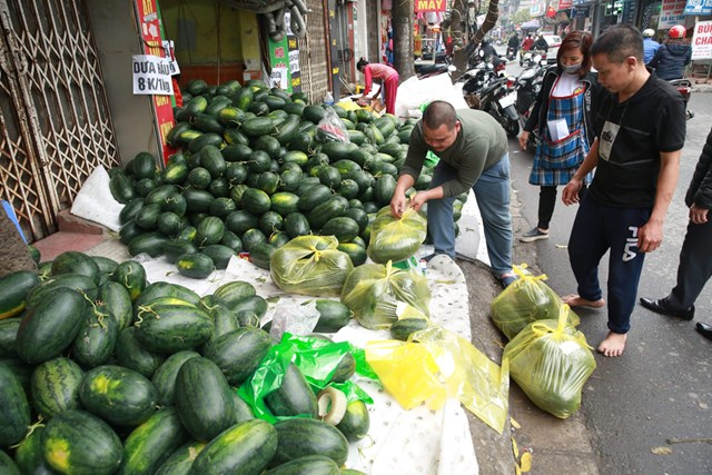 """Dưa hấu là một trong những nông sản thường xuyên phải """"giải cứu"""". Ảnh: Quang Vinh."""