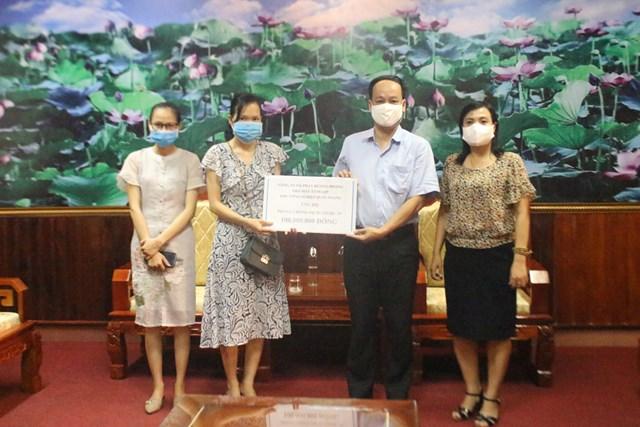 Ông Lê Hồng Sơn, Phó Chủ tịch Ủy ban MTTQ Việt Nam tỉnh Quảng Trị tiếp nhận ủng hộ công tác phòng, chống dịch Covid-19.