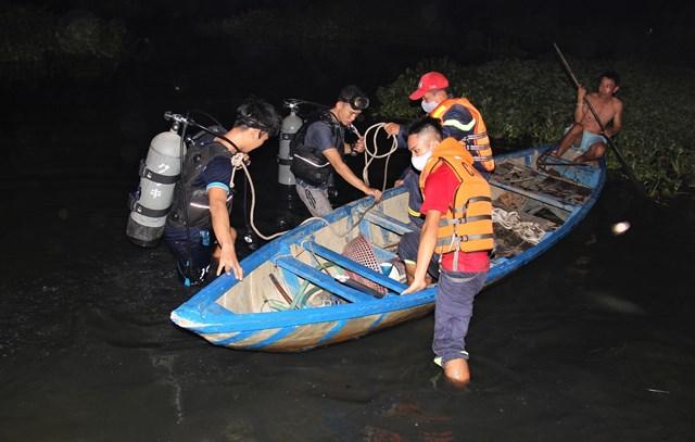 Lực lượng cứu hộ trong quá trình tìm kiếm thi thể nạn nhân.