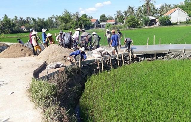 Xây dựng đường giao thông nông thôn.