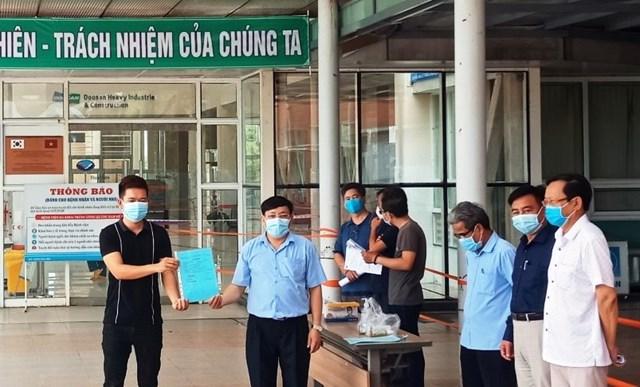 Bệnh nhân Covid-19 tại BVĐK Trung ương Quảng Nam được cấp giấy ra viện.