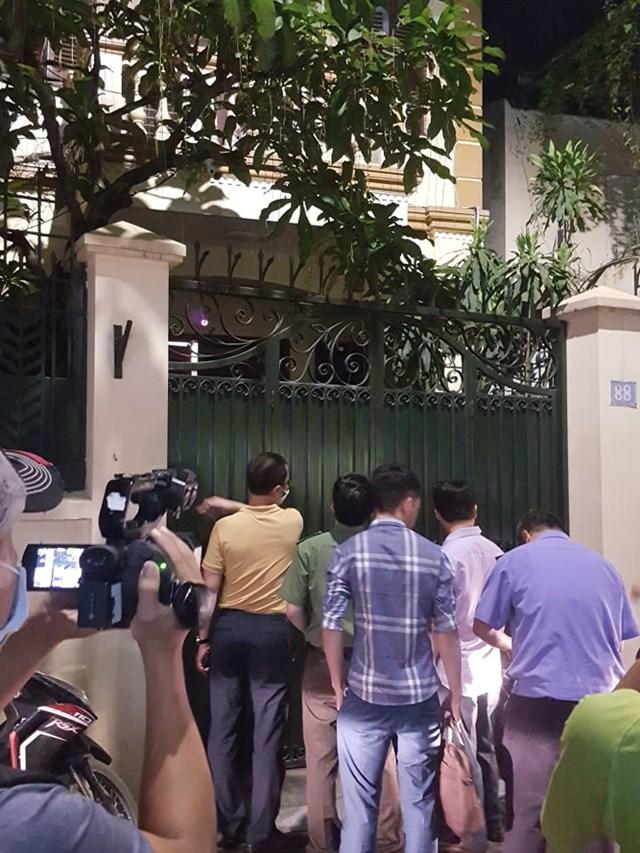 Có rất nhiều cơ quan báo chí cùng người dân có mặt để theo dõi vụ việc.
