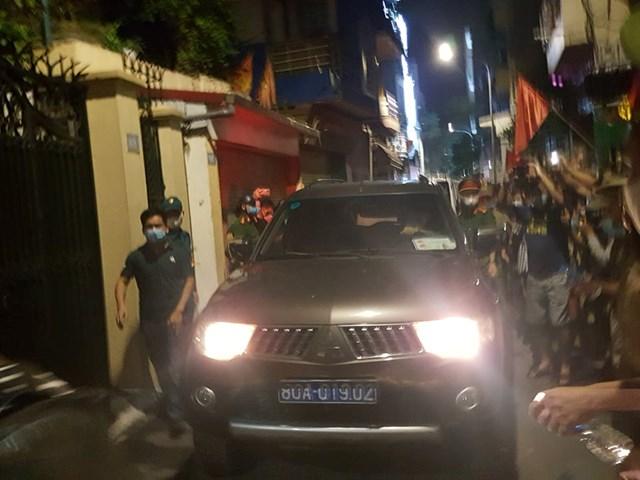 Xe biển xanh đến nhà ông Nguyễn Đức Chung.