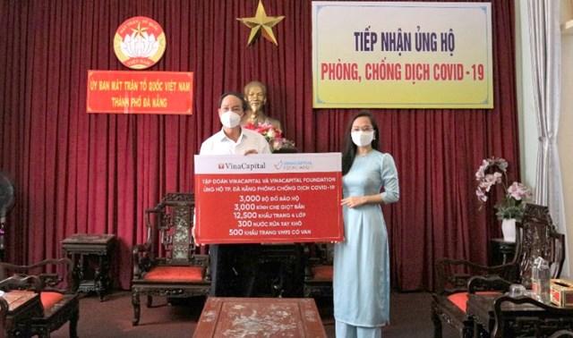 Đại diện VCF trao tặng hỗ trợ các vật dụng tại Ủy ban MTTQ Việt Nam thành phố Đà Nẵng.
