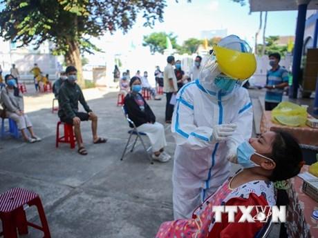Lấy mẫu xét nghiệm Covid-19 cho người dân tỉnh Phú Yên trước khi trở về nơi cư trú. (Ảnh: Trần Lê Lâm/TTXVN).