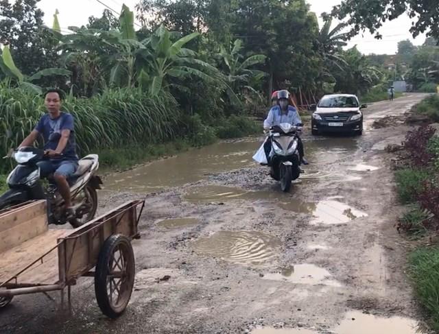 Tỉnh lộ 316B đoạn qua địa bàn xã Đào Xá bị băm nát.