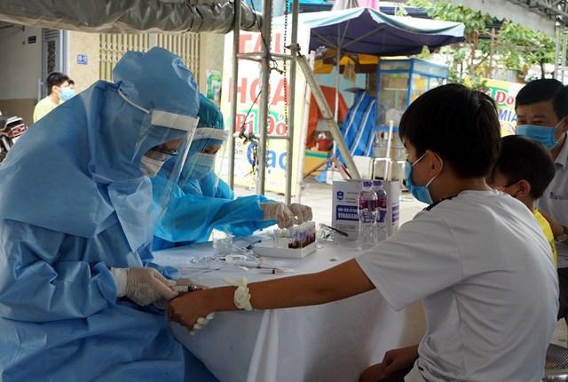 Xét nghiệm Covid-19 tạiTrung tâm Y tế dự phòng quận Liên Chiểu (TP Đà Nẵng). Ảnh: Lê Bảo.