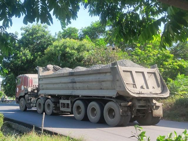 Xe tải không bạt che chắn chạy dọc tuyến đường từ NMXM The Vissai Ninh Bình ra cảng.
