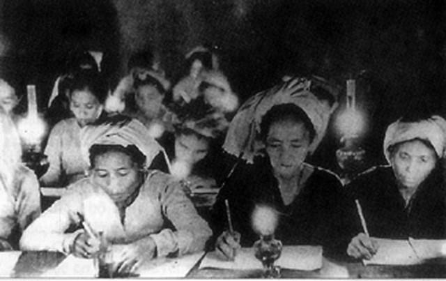 Phong trào Bình dân học vụ diễn ra trên khắp đất nước ngay sau Cách mạng Tháng Tám thành công. Ảnh tư liệu.