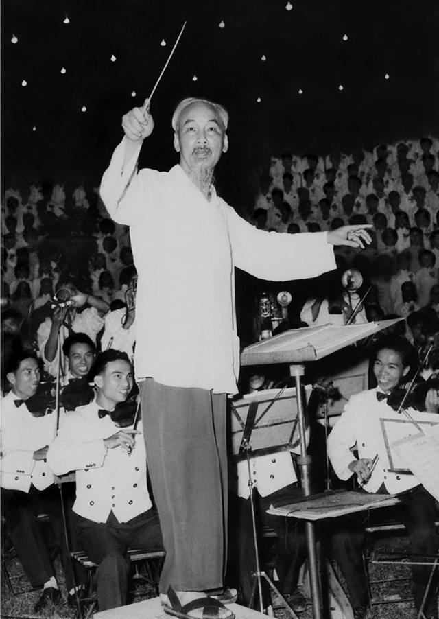 Chủ tịch Hồ Chí Minh bắt nhịp Bài ca Kết đoàn. Ảnh tư liệu.