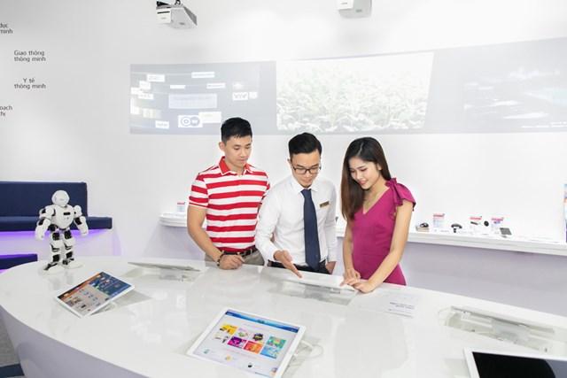 VNPT giới thiệu các giải pháp CNTT tại showroom.