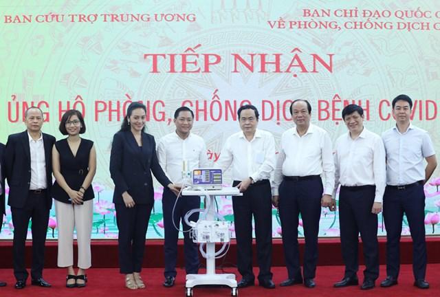 Ngay khi dịch Covid-19 bùng phát trở lại, Chủ tịch Trần Thanh Mẫn đã tiếp nhận 500 máy trợ thở trị giá 120 tỷ đồng từ Trường Đại học Văn Lang cùng Tập đoàn Vạn Thịnh Phát để trao cho Bộ Y tế.