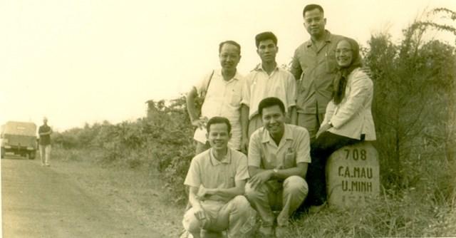 Các đại biểu tại cột mốc 708Cà Mau - U Minh (Cô Tám - N.N.Hà - L.B.Châu - N.N.Trân).
