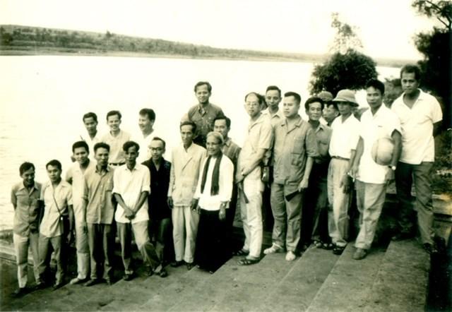 Các đại biểu bên bờ Bắc Bến Hải.