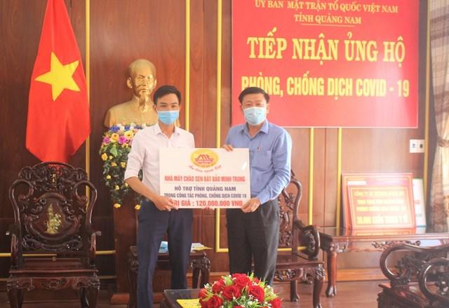 Mặt trận tỉnh Quảng Nam tiếp nhận ủng hộ phòng, chống dịch Covid-19.