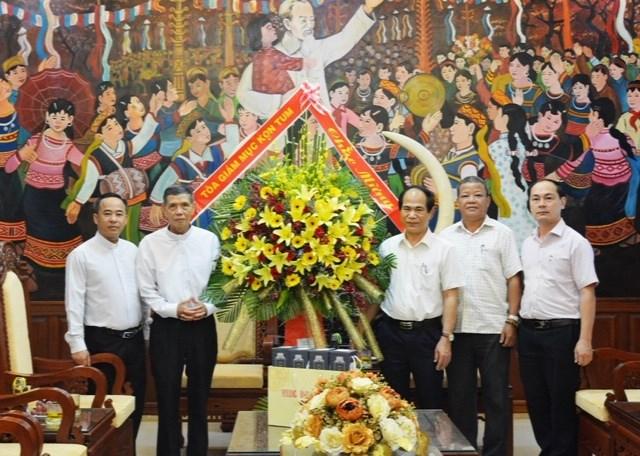 Chủ tịch UBND tỉnh Gia Lai Võ Ngọc Thành tiếp xã giao Linh mục Đỗ Hiệu,Tổng đại diện Giáo phận Kon Tum.