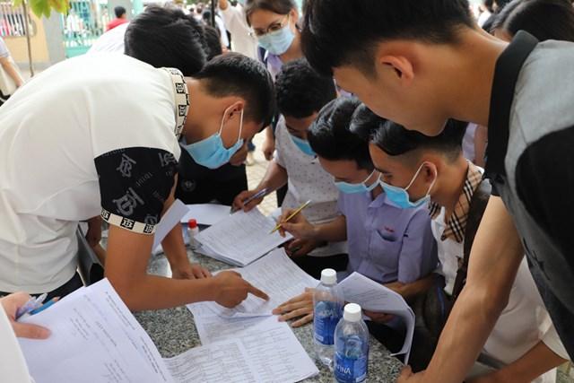 Các thí sinh cùng nhau trao đổi đáp án môn Tiếng Anh.