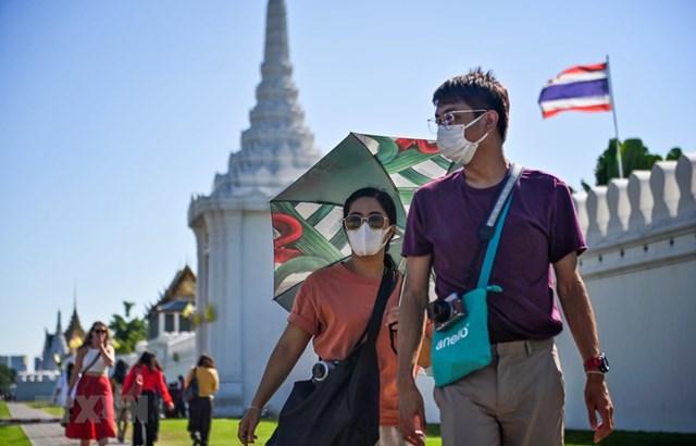 Người dân Bangkok (Thái Lan) đeo khẩu trang phòng tránh lây nhiễm Covid-19.Ảnh: AFP.