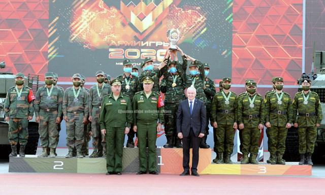 Đội tuyển xe tăng Việt Nam nâng cúp vô địch Bảng 2 Tank Biathlon tại Army Games. Ảnh: QĐND.