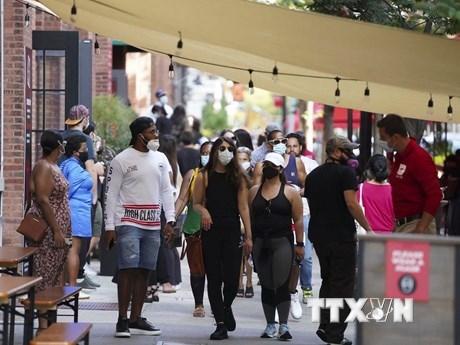 Người dân đeo khẩu trang phòng lây nhiễm Covid-19 tại một khu chợ ở New York, Mỹ, ngày 7/9 vừa qua. (Ảnh: THX/TTXVN).