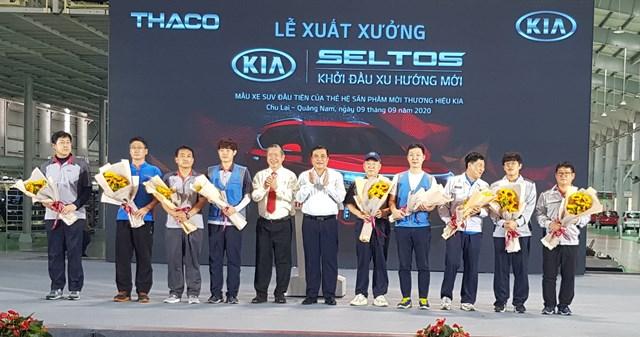 Lãnh đạo tỉnh và Thaco tặng hoa các chuyên gia Hàn Quốc và kỹ sư của dự án xe xe Kia Seltos.