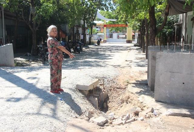 Bà Nguyễn Thị Lý chỉ miếng cống thoát tiềm ẩn tai nạn.