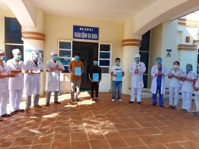 Các bệnh nhân mắc Covid-19 khỏi bệnh xuất viện.