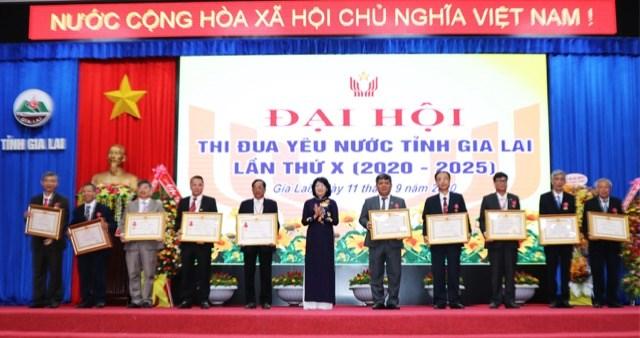 Phó Chủ tịch nước Đặng Thị Ngọc Thịnh trao Bằng khen cho tập thể và cá nhân điển hình tiên tiến trong phong trào thi đua yêu nước.