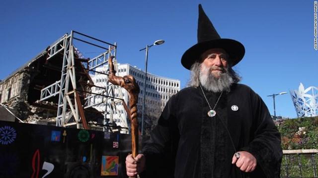 Nhận làm 'phù thủy' để hưởng 10.000 USD/năm - Ảnh 1