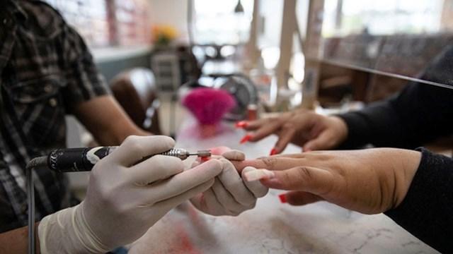 """Làm nail vốn được coi là nghề """"ăn nên làm ra"""" tại Mỹ. Ảnh: Reuters."""