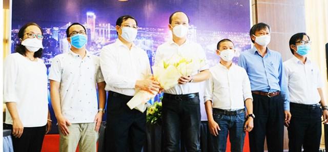 Chủ tịch UBND TP Đà Nẵng Huỳnh Đức Thơ, tặng hoa cho đại diện các đoàn y, bác sĩ tăng cường, hỗ trợ Đà Nẵng phòng, chống dịch Covid-19.