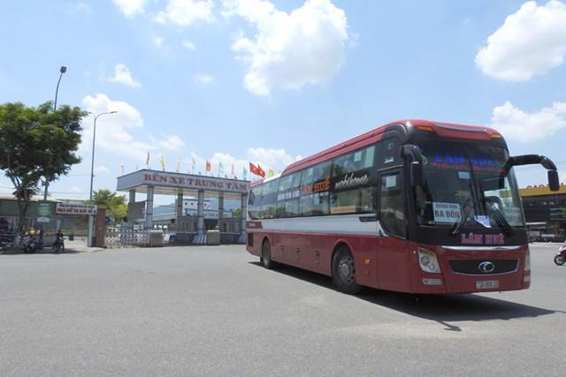 Phương tiện vận tải khách khởi hành từ Đà Nẵng, bỏ giãn cách giữa các hành khách kể từ 14h ngày 13/9. Ảnh Bình Nguyên.