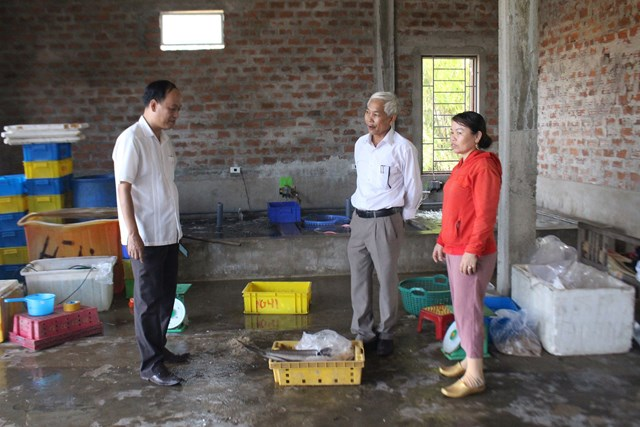 Ông Lê Hồng Sơn (trái) thăm bà con ở mô hình Tổ hợp tác, thu mua, bảo quản chế biến thủy hải sản tại xã Gio Hải do Ủy ban MTTQ Việt Nam tỉnh Quảng Trị bảo trợ.