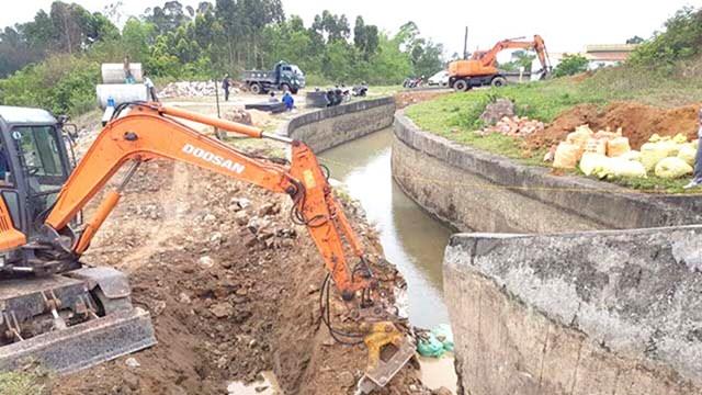 Sửa chữa đoạn sụt lún hồ Yên Lập, Quảng Ninh. Ảnh: Lam Hạnh.